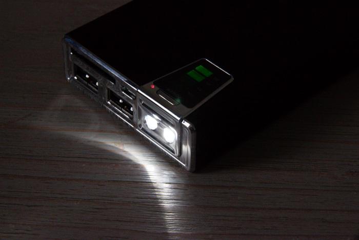 Batterie externe Olixar : lampe torche intégrée