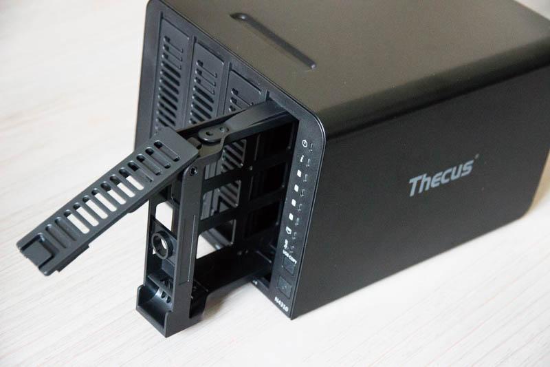 Thecus N4310 : retrait des tiroirs de disque